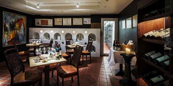 Kælderen under La Cocotte åbenbarer et af landets bedste vinlagre, der i øvrigt står over for en stor relancering i 2017. Her i kælderen arrangeres der også vinsmagninger.
